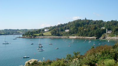 Glandore_(Co._Cork) (© Raúl Corral [CC BY-SA 3.0 (https://creativecommons.org/licenses/by-sa/3.0)], from Wikimedia Commons (original photo: https://commons.wikimedia.org/wiki/File:Glandore_(Co._Cork).jpg))